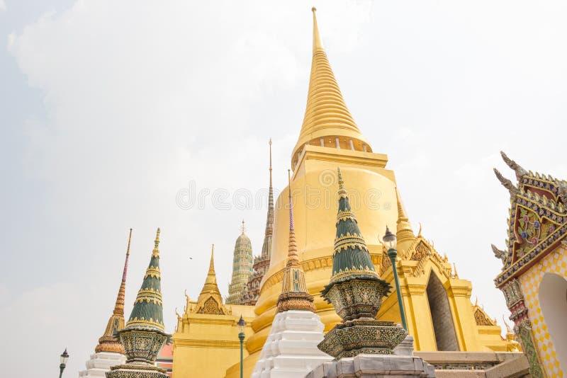 Chedi d'or chez Wat Phra Kaew photos libres de droits
