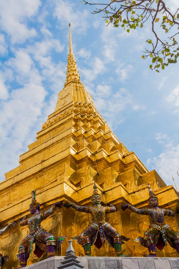 Chedi d'or de Wat Phra Kaew, le temple d'Emerald Buddha, Bangkok, Thaïlande photographie stock libre de droits