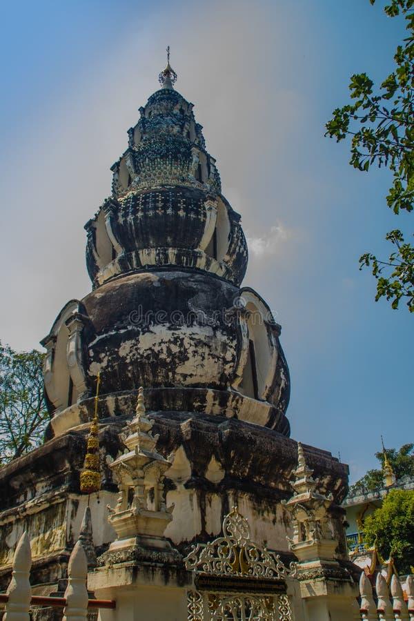 Chedi distintivo velho em Wat Ku Tao (templo do pagode da cabaça) em Chiang Mai, Tailândia O templo é chamado ku tao devido a i fotografia de stock royalty free