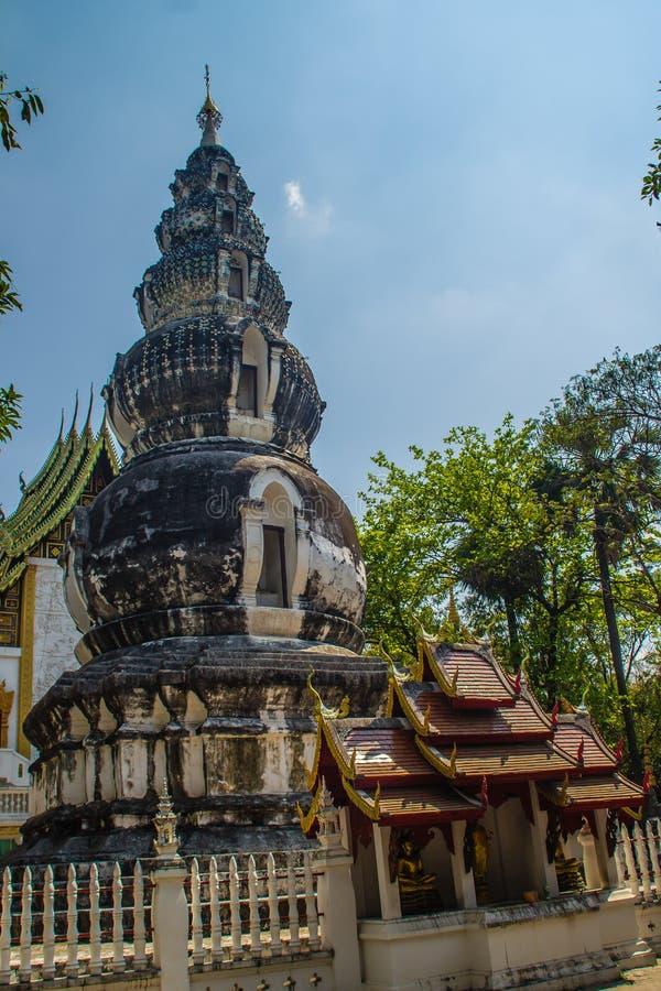 Chedi distintivo velho em Wat Ku Tao (templo do pagode da cabaça) em Chiang Mai, Tailândia O templo é chamado ku tao devido a i foto de stock royalty free