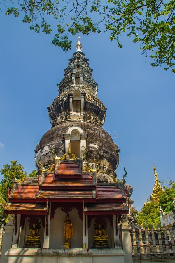 Chedi distintivo velho em Wat Ku Tao (templo do pagode da cabaça) em Chiang Mai, Tailândia O templo é chamado ku tao devido a i fotos de stock royalty free