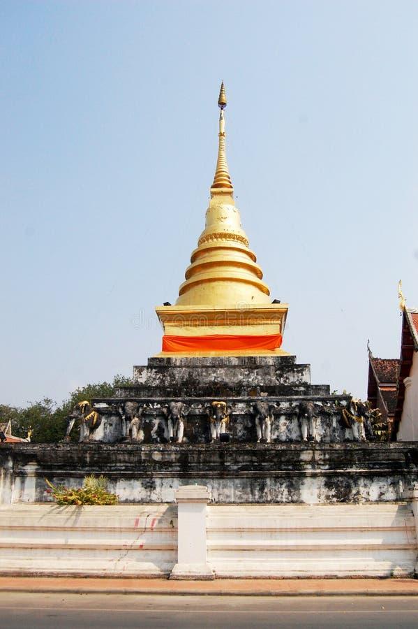 Chedi dourado de Wat Phra That Chang Kham Worawihan em Nan, Thail imagem de stock