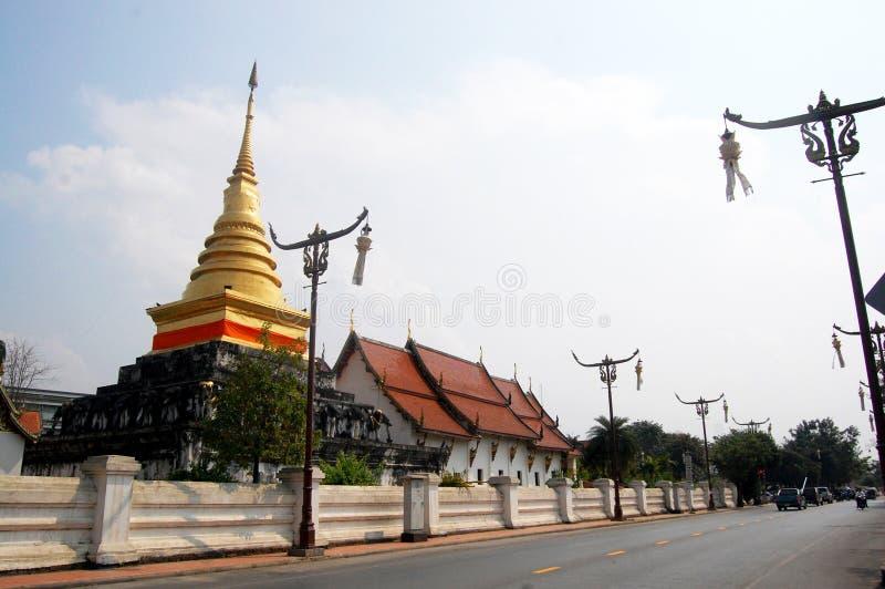 Chedi dourado de Wat Phra That Chang Kham Worawihan em Nan, Thail fotografia de stock