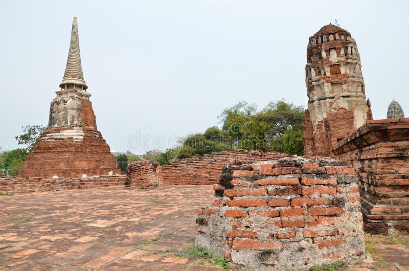 Chedi et ruine se retranchent, Ayutthaya, Thaïlande photo stock