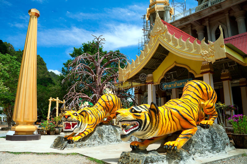 Download Chedi Am Tiger-Höhle-Tempel Stockfoto - Bild von religion, himmel: 27735330