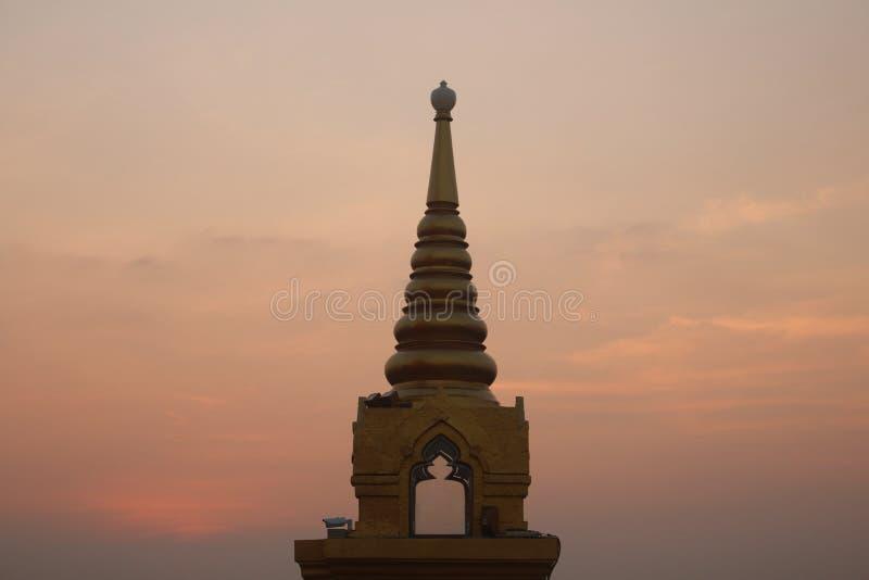 Chedi van Wat Saket-tempel, of Gouden zet, tegen een duidelijke zonsonderganghemel op royalty-vrije stock afbeeldingen
