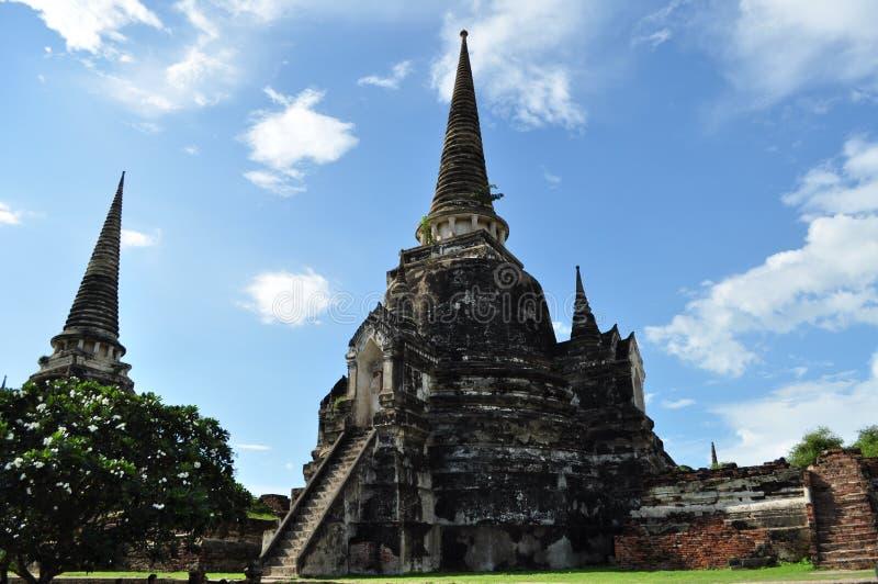 Chedis de Wat Phra Sri Sanphet avec le ciel clair photographie stock libre de droits