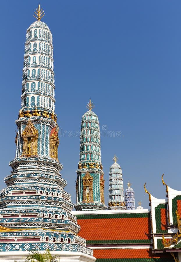 Chedis ou Stupas no palácio grande imagens de stock royalty free