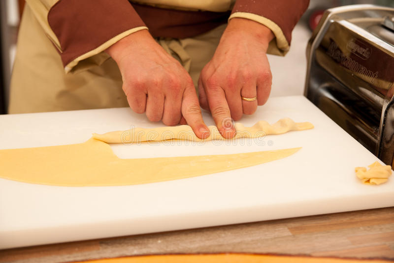 Cheef που κάνει τα ζυμαρικά zlikrofi τη lokal ειδικότητα σε Idrija Σλοβενία στοκ εικόνα με δικαίωμα ελεύθερης χρήσης