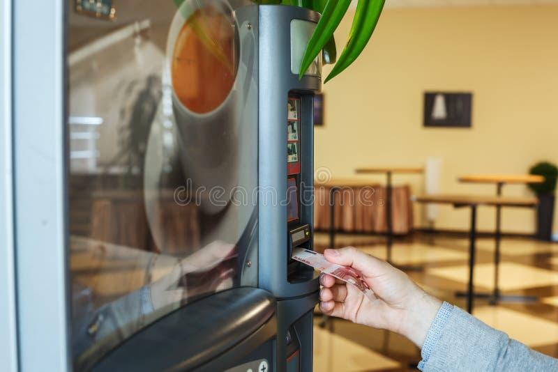 Cheerfulness στην εργασία - μια κούπα του καυτού καφέ στοκ φωτογραφία με δικαίωμα ελεύθερης χρήσης