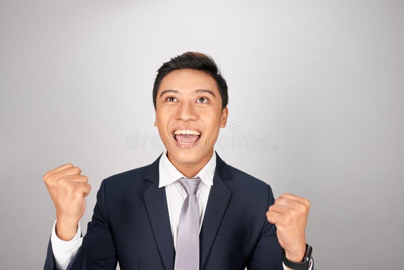 Cheering considerável novo do homem de negócios despreocupado e entusiasmado Conceito da vit?ria foto de stock
