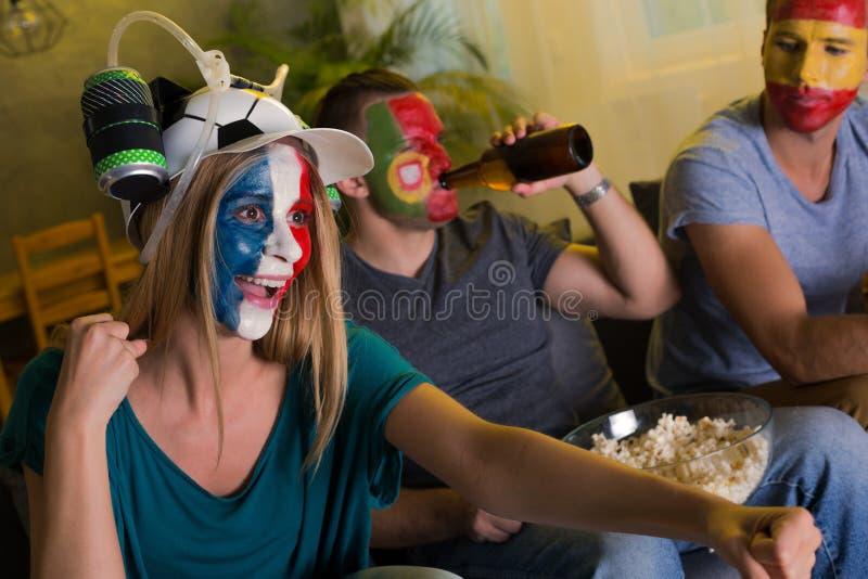 Cheering da mulher e dos homens foto de stock royalty free