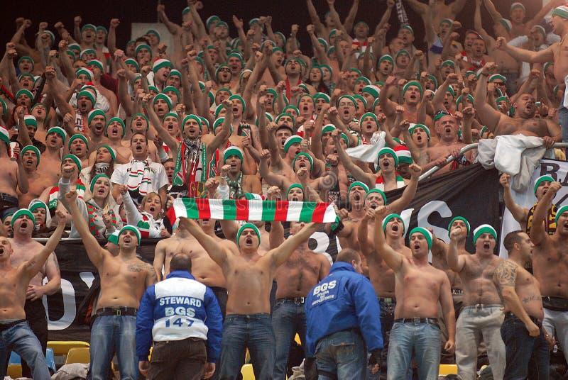 Cheering dos fan de futebol de Legia Varsóvia imagem de stock royalty free