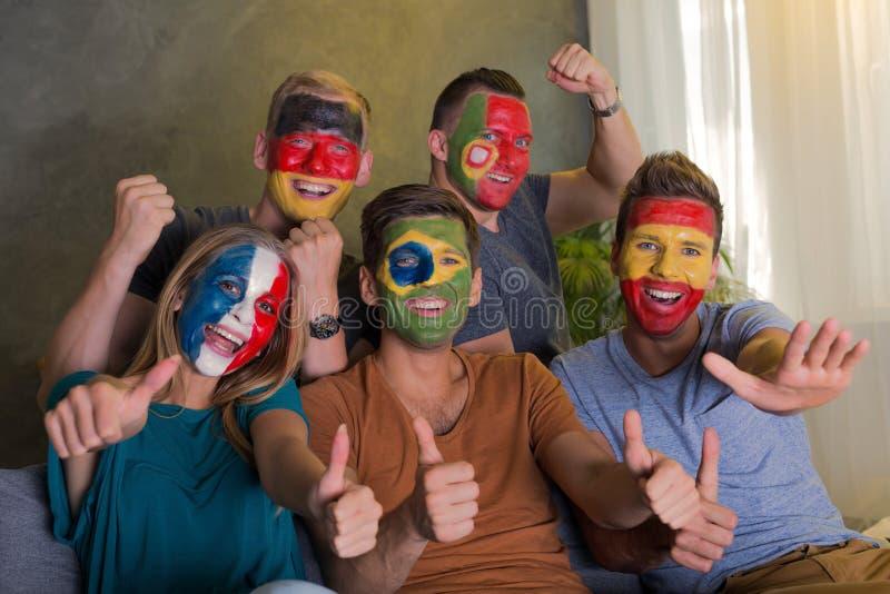Cheering feliz dos fãs de futebol fotos de stock royalty free
