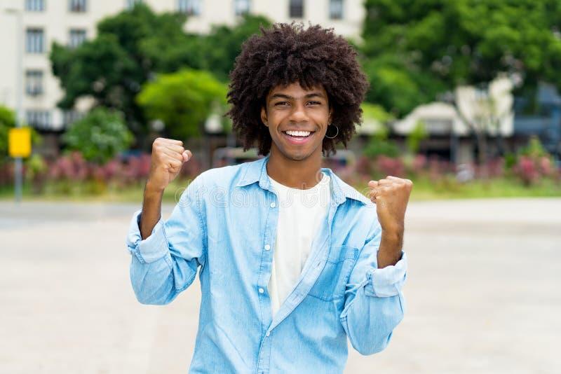 Cheering van de afrikaanse amerikaanse hipster - jonge volwassene stock foto