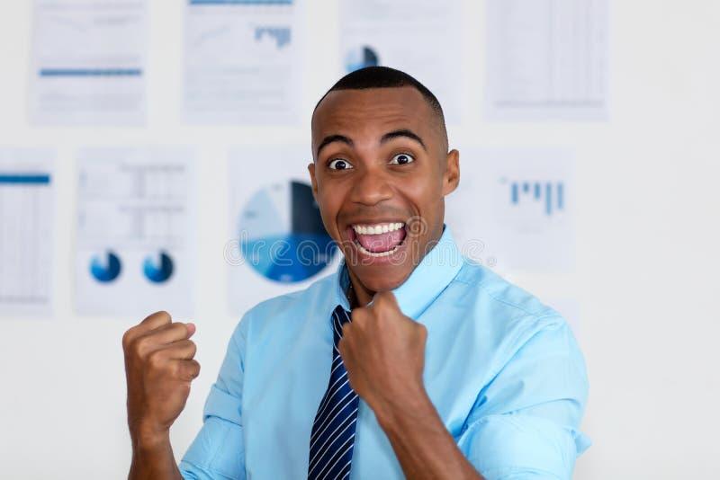Cheering van de afrikaanse amerikaanse zakenman stock foto's