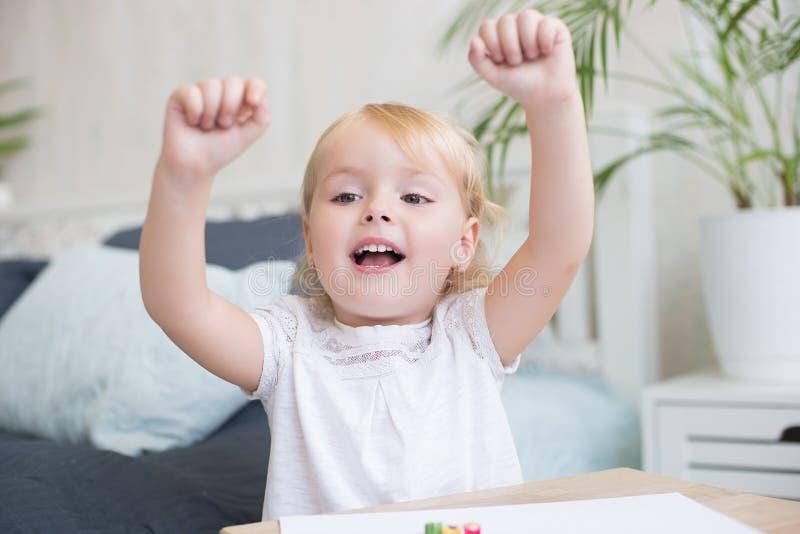Cheering vivo feliz da menina foto de stock