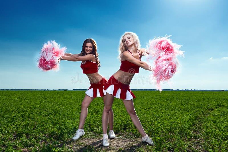 Cheerleader mit zwei Schönheiten stockfotos