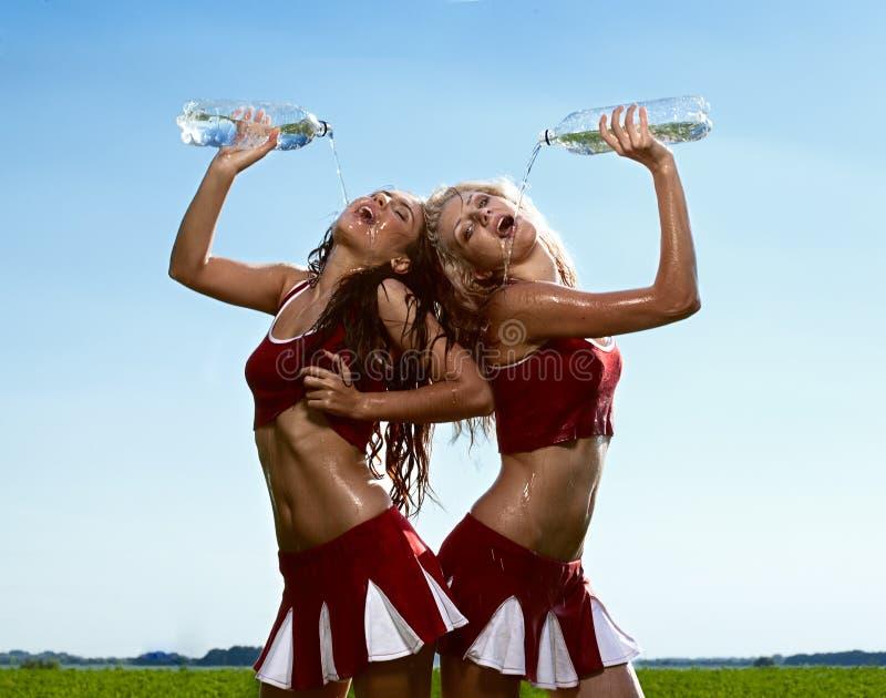 Cheerleader mit zwei Schönheiten lizenzfreie stockfotos