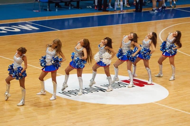 Cheerleadern des Dynamoteams lizenzfreie stockbilder