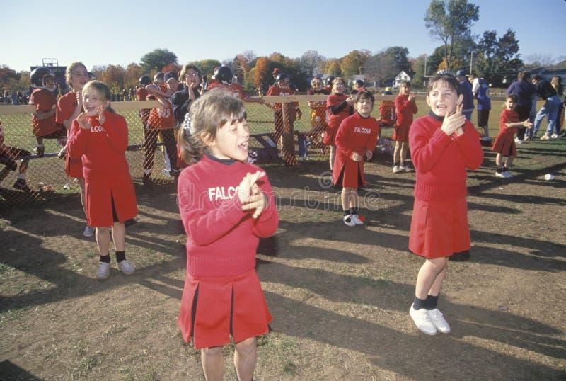 Cheerleadern in einer Mikroliga an einem Fußballspiel, Plainfield, CT stockfoto