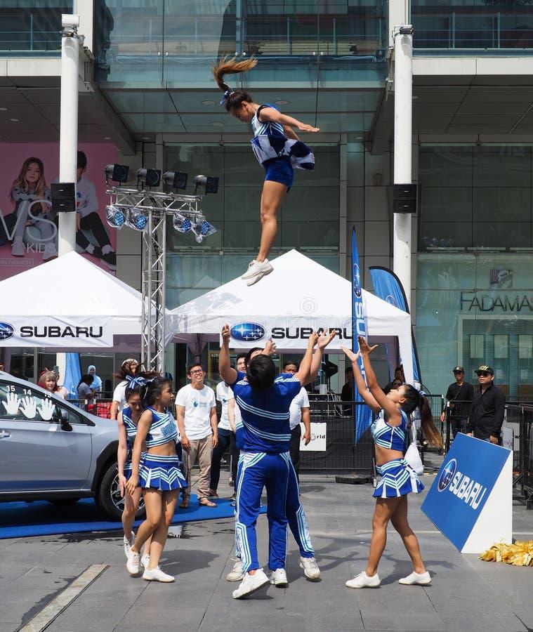 Cheerleadern führen eine Bremsung während der Subaru-Palmen-Herausforderung durch lizenzfreie stockfotos