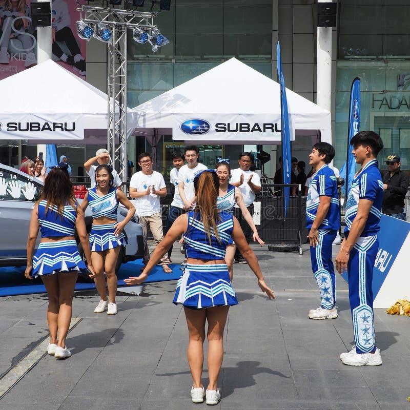 Cheerleadern führen an Subaru-Palmen-Herausforderung 2018 durch lizenzfreies stockbild