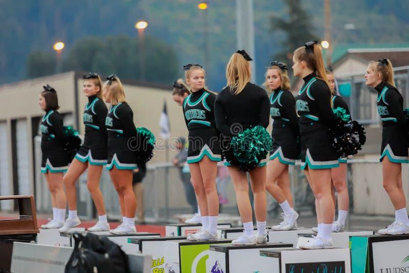 Cheerleaders bij het spel van de middelbare schoolvoetbal royalty-vrije stock foto