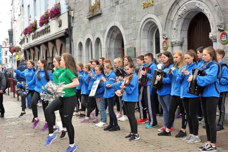Cheerleaders die met dansen een school, Winkelstraat, Galway, Decem stock fotografie