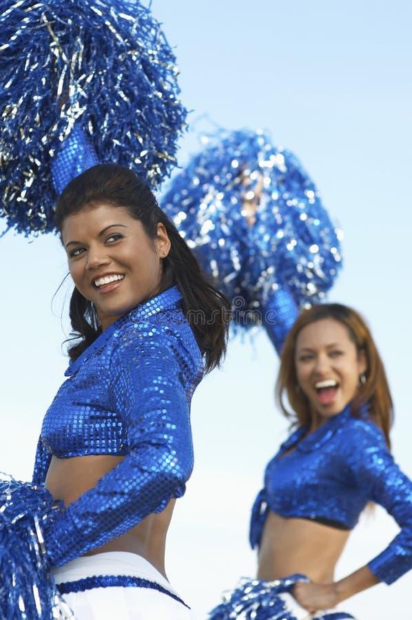 Cheerleaders Rozwesela W błękita mundurze obraz stock