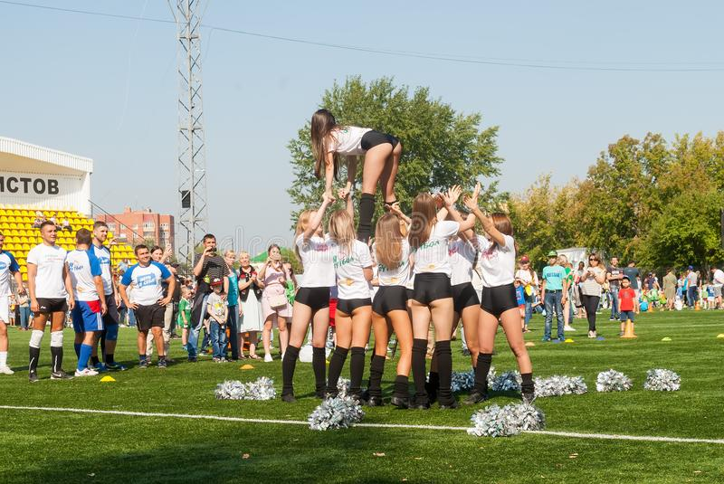 Cheerleaders w akci na stadium Tyumen Rosja obrazy royalty free