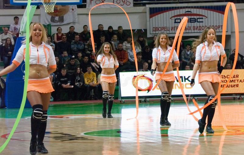Cheerleaderteam UMMC. EuroLeague Frauen 2010. lizenzfreies stockbild