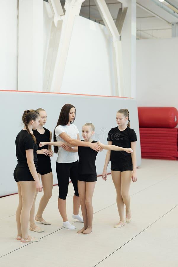 Cheerleading coach die danselement uitlegt royalty-vrije stock foto