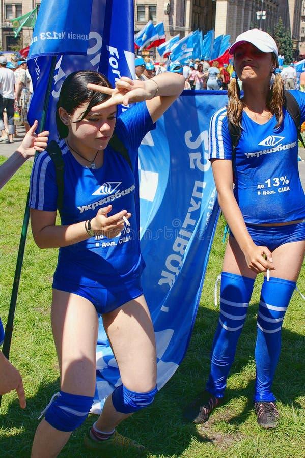 Cheerleading Meninas de sorriso que levantam com bandeiras foto de stock