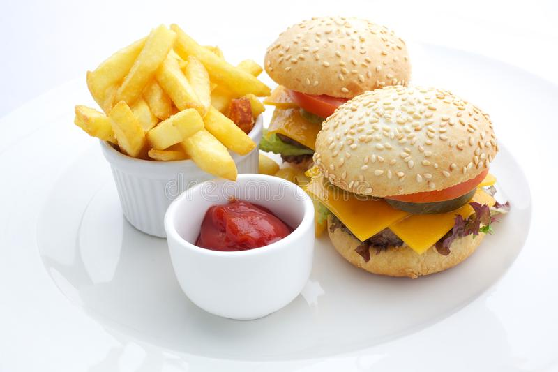 Cheesburger, pommes frites et ketchup photo stock