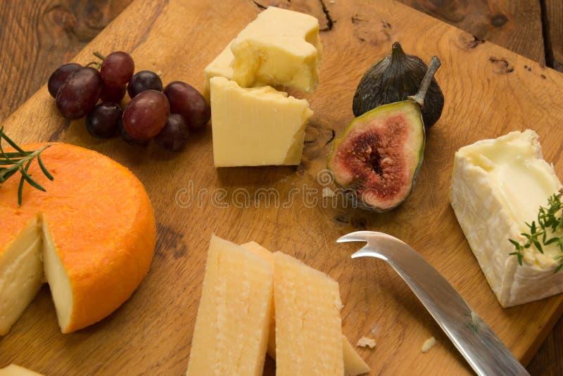 Cheeseboard με τα φρούτα και τα χορτάρια στοκ φωτογραφίες