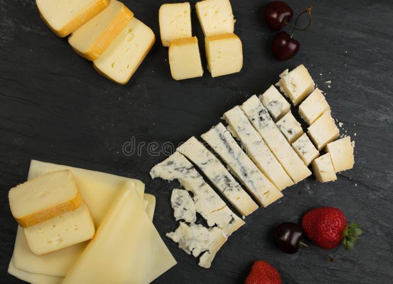 Cheeseboard με το μίγμα τυριών στοκ εικόνες