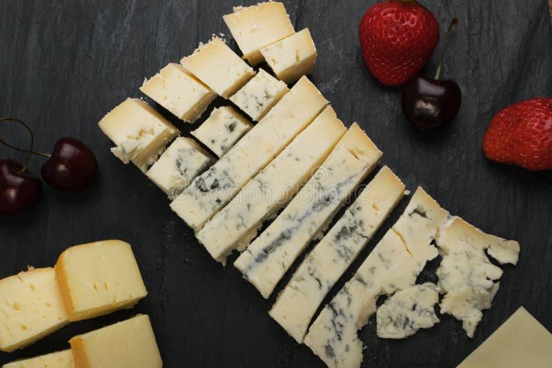 Cheeseboard με το μίγμα τυριών στοκ φωτογραφία