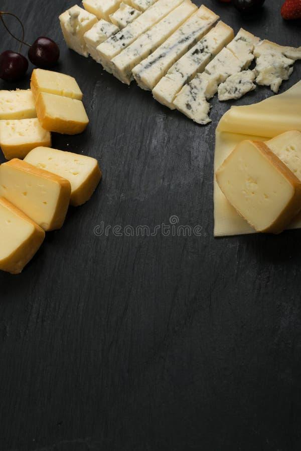 Cheeseboard με το μίγμα τυριών στοκ εικόνες με δικαίωμα ελεύθερης χρήσης