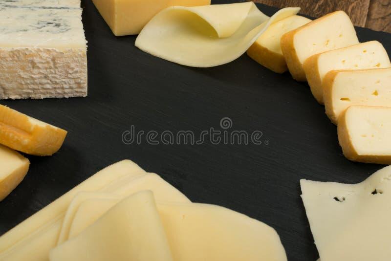 Cheeseboard με το μίγμα τυριών στοκ φωτογραφίες