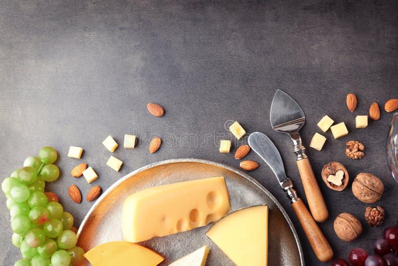 Cheeseboard με το σταφύλι και τα καρύδια στοκ φωτογραφίες