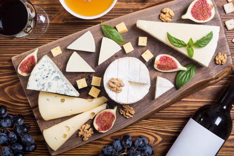 Cheeseboard με brie τυριών την παρμεζάνα, camembert και το dorblu Τρόφιμα στον ξύλινο πίνακα στοκ φωτογραφίες με δικαίωμα ελεύθερης χρήσης