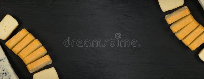 Cheeseboard med skivade Limburger, Herve Cheese eller Reblochon, blåa Gorgonzola, roquefort eller Stilton arkivfoton