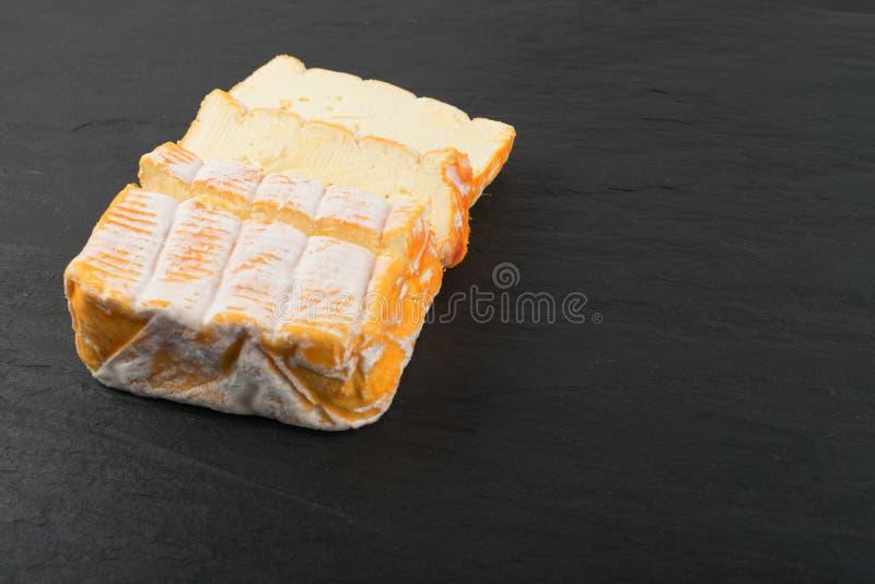 Cheeseboard mit geschnittenem gelbem Käse-Abschluss oben lizenzfreie stockbilder