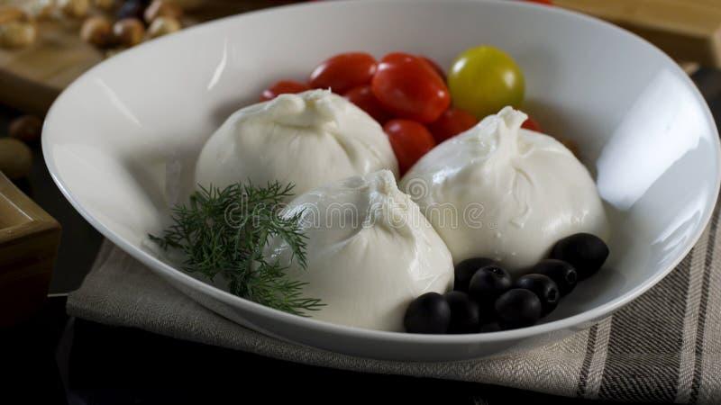 cheeseboard Sulugunikaas, olijven en kersentomaten scène Een mengeling van verse peper, tomaten, komkommers, sla royalty-vrije stock fotografie