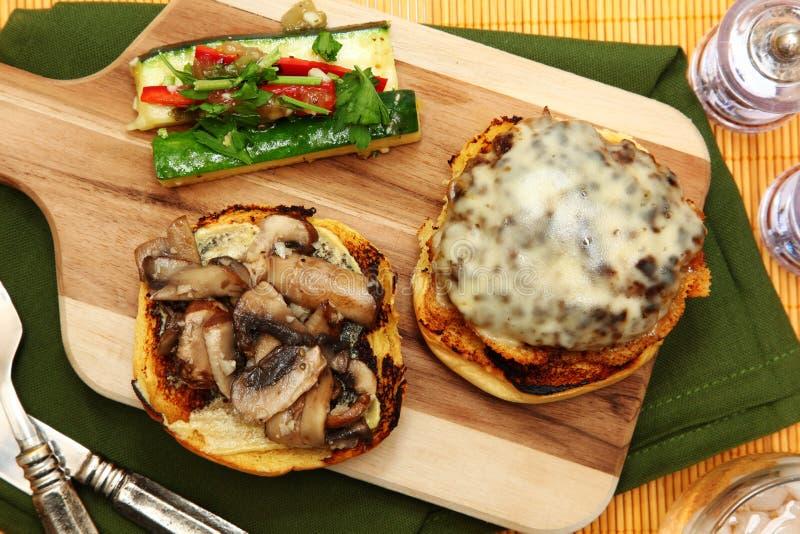 Cheeseburger γκούντα και θερινή κολοκύνθη Slaw στοκ εικόνα