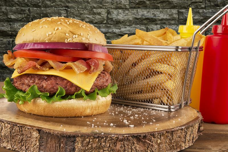 Cheeseburger με patty και το μπέϊκον βόειου κρέατος στοκ φωτογραφία με δικαίωμα ελεύθερης χρήσης