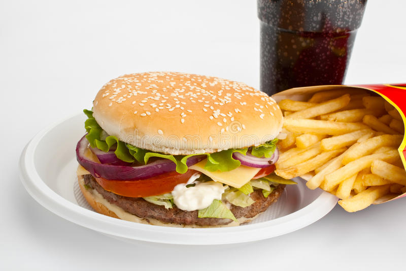 cheeseburger τηγανιτές πατάτες κόλα&sigm στοκ εικόνα με δικαίωμα ελεύθερης χρήσης