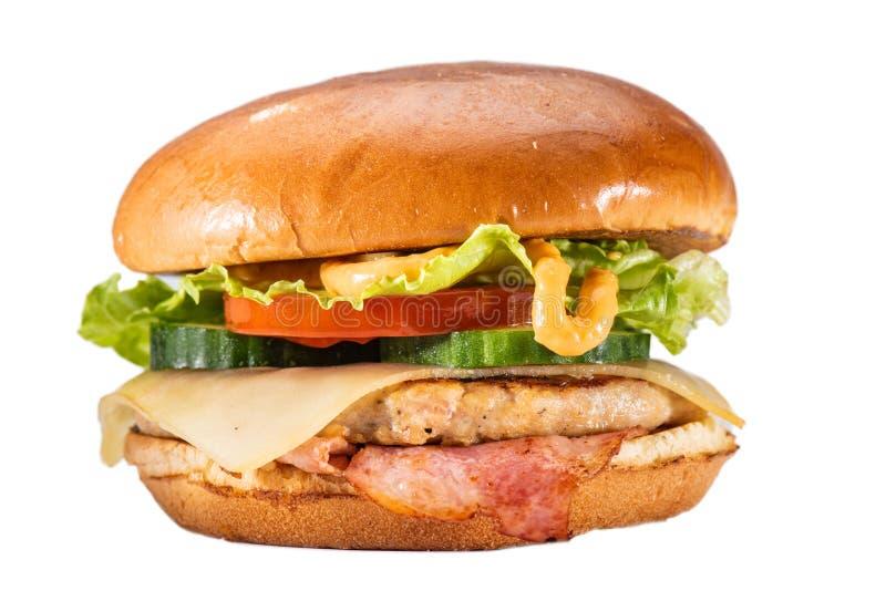 Cheeseburger бекона на белой предпосылке стоковое изображение