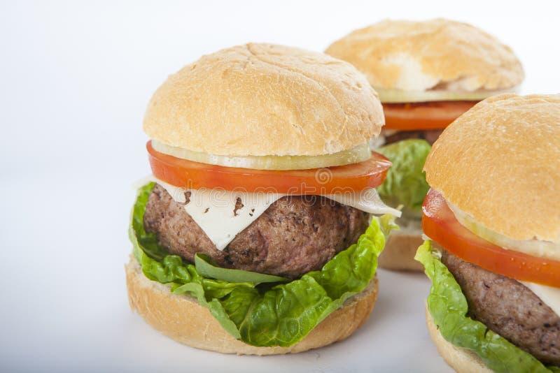 Cheeseburger гигантского домодельного бургера классический американский изолированный дальше стоковая фотография